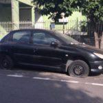 Transtorno: Veículo deixado na rua traz riscos para a população
