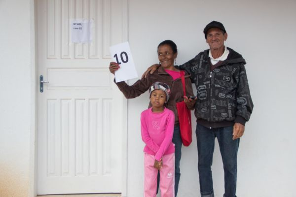 Reintegração de posse: Famílias contempladas com imóveis puderam desfrutar do novo lar (Foto: Alexandre AJ/Ascom PMPR)