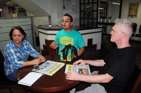 'Dentro da Caixinha': Filme está sendo divulgado na região pelo diretor Guilherme Reis e parceiros; eles estiveram na redação do DIÁRIO DO VALE (Foto: Paulo Dimas)