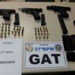 Ao vistoriarem o veículo blindado, os PMs encontraram três pistolas e 57 munições intactas (Foto: Cedida pela PM)