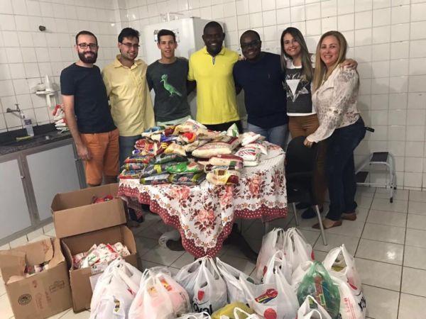 Iniciativa de estudantes: Cerca de 250 quilos de produtos não perecíveis foram entregues ao grupo HIV-VER, de Volta Redonda (Foto: Enviada pelo WhatsApp)