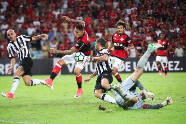 Em branco: Desta vez o peruano Paolo Guerrero não deixou sua marca, muito pela forte marcação atleticana (Foto: Gilvan de Souza / Flamengo)
