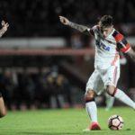 Guerrero sofre pressão do argentino Angeleri(Foto: Staff Images/ Flamengo)