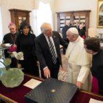 """O presidente dos Estados Unidos, Donald Trump, declarou que está """"mais determinado do que nunca"""" a trabalhar pela paz no mundo, após ter se reunido com o papa Francisco, no Vaticano (Agência Lusa)"""
