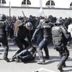 Em Paris, policiais e manifestantes encapuzados entram em confronto durante manifestação pelo 1° de Maio (Foto:Yoan Valat/EPA/Agência Lusa)