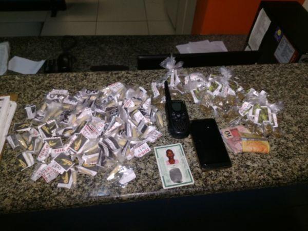 No Santa Cruz: No apartamento do suspeito os PMs apreenderam 108 pinos de cocaína, 48 sacolés de maconha, dinheiro e um rádio comunicador (Cedida pela Polícia Militar)