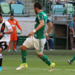 Na tentativa: Yago Pikachu busca criar jogada ofensiva para o Vasco e é observado por Edu Dracena e Zé Roberto (Foto: Carlos Gregório Jr/Vasco.com.br)