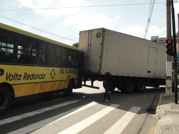 Acidente no Aterrado parou o trânsito pela manhã (foto: Julio Amaral)