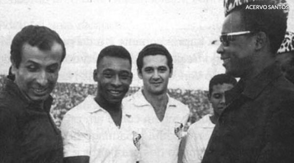 Pelé com o governante do Congo Belga, Marien Ngouabi (de óculos): uma guerra civil foi interrompida para que Pelé pudesse jogar