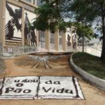 Tradição da montagem dos tapetes foi mantida pela Igreja Católica (Foto: Lilian Silva)