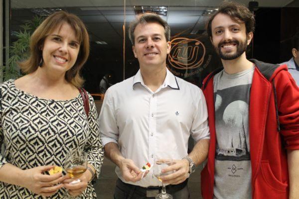A médica Bernadete Barbosa, Fábio e Emannuel Silveira Júnior