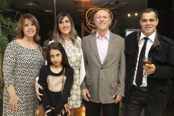 A médica Bernadete Barbosa, a jornalista Flávia Manes com a pequena Cristal, o médico Jorge Manes e o empresário Clodoaldo Moren