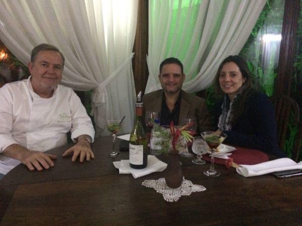 O 'restauranter' e chef José Osório com o empresário Guilhermo Queiroz e sua mulher Carolina Freitas, no Bistrô Casa Antiga