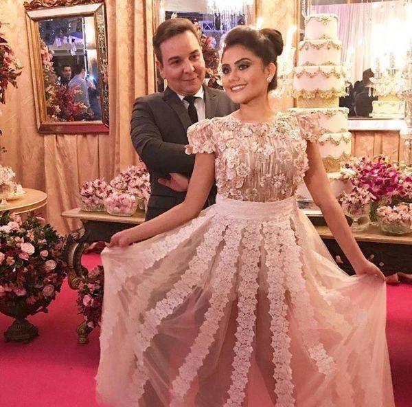 A debutante Luma Teixeira com o empresário do mundo fashion Julio Monteiro, que a produziu nos belos vestidos