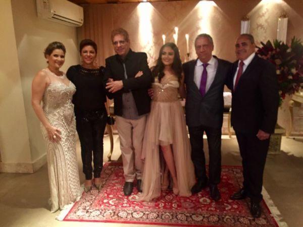 A debutante Luma Teixeira com seus pais, o empresário Jorge Amado e Néia Teixeira anfitrionando Cátia Vianna, Jefte Castro e este colunista