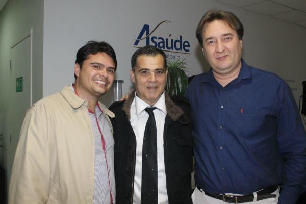 O empresário Clodoaldo Moren recebendo o dentista Welkson Carreira e o médico Lindomar Castilho