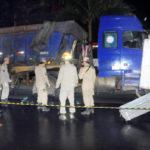 Fatal: Bombeiros observam o corpo do rapaz que caiu com a moto na estrada (Paulo Dimas)