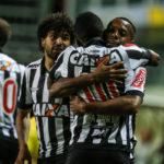 Robinho comemora com Cazares o gol da vitória do Atlético-MG no Independência (Foto: Divulgação/Atlético-MG)
