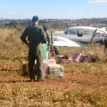 Avião e parte da droga apreendida durante ação da Força Aérea