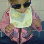 Em tratamento: Mariah, de três anos, não enxerga por conta de um tumor nas córneas e se alimenta apenas de leite e cereal infantil (Foto: Arquivo pessoal)