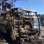 Ônibus ficou totalmente destruído com incêndio