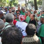 Parados: Trabalhadores de empresas de capina e varrição continuam paralisação até receberrem salários