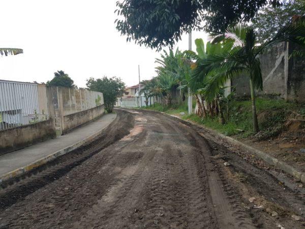 Obras da prefeitura prosseguem para asfaltar as ruas de Quatis