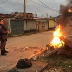 Policial observa o que sobrou da barricada dos traficantes