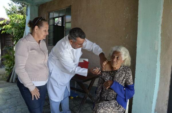 Benefício: Idosos com dificuldade de locomoção recebem vacina em casa