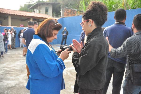 Deficientes visuais estão aprendendo a fotografar com um grupo de profissionais da região (foto: Franciele Bueno)