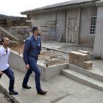 Chegando: Acompanhado de Gustavo Gomes, Rodrigo chega às obras da creche no bairro São Francisco  (Foto: Paulo Dimas – CCS PMBM)
