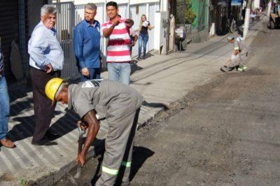 No local: Rodrigo Drable observa andamento de obra de recapeamento asfáltico (Foto: Chico de Assis - PMBM)