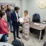 Em mãos: Samuca e sua equipe fazem entrega simbólica de documento