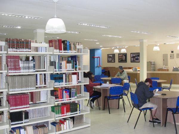 Perto dos livros: Mesmo com a facilidade de acesso à internet, movimento em biblioteca de Volta Redonda é considerado satisfatório (Foto:  Júlio Amaral)