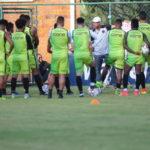 Surian passa instruções táticas para atletas que disputam a Série C