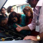 Mulheres recebem noções de funcionamento e mecânica dos carros (foto: Divulgação)