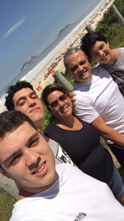 O empresário Marcelo Reis e sua amada Mônica Soares com os filhos João Victor (aniversariante do dia) João Paulo e João Marcos