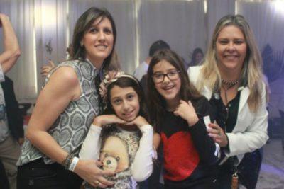 A jornalista Flávia Manes com a filha Cristal Manes,  Liliam Peixoto e a filha Lívia Peixoto, nos salões do Feijão Folia