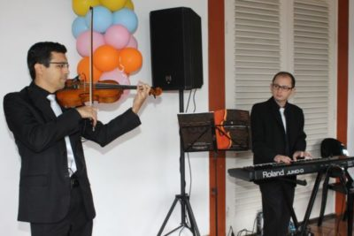 Alessandro Teixeira com seu violino mágico e Emanuel, no teclado, fizeram sucesso com repertório em ritmo de samba, no Feijão Folia