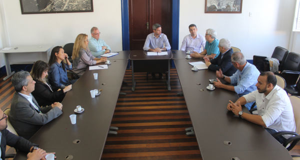 Detalhes: Comitiva do MEC se reuniu com grupo formado por gestores da Saúde municipal e médicos (Foto: Anderson Tavares/Ascom PMAR)
