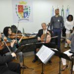 Atentos: Rodrigo Drable e a vice-prefeita Fátima ouvem apresentação do Quarteto Arianna (Foto: Paulo Dimas)