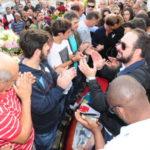 Despedida: Sob aplausos, corpo de Jorge Serfiotis é sepultado em Porto Real (Foto: Paulo Dimas)