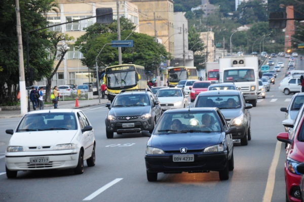 Difícil: Quantidade de carros em Volta Redonda pode afetar fluidez do trânsito (Foto: Paulo Dimas)
