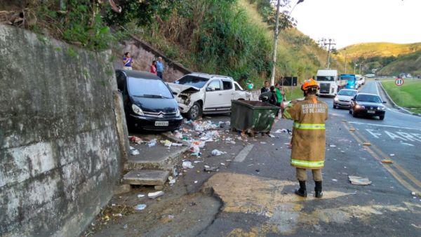Caminhoneiro perdeu o controle no retorno que fica no bairro Cotiara (Foto: Enviada via WhatsApp)