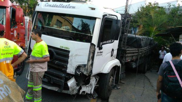 Veículo atingiu outros seis carros na Cotiara, em Barra Mansa (Foto: Enviada via WhatsApp)