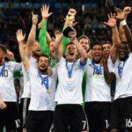 Campeões: Capitão Draxler levanta a taça conquistada pela jovem equipe alemã diante do experiente time chileno (Foto:Fifa.com)