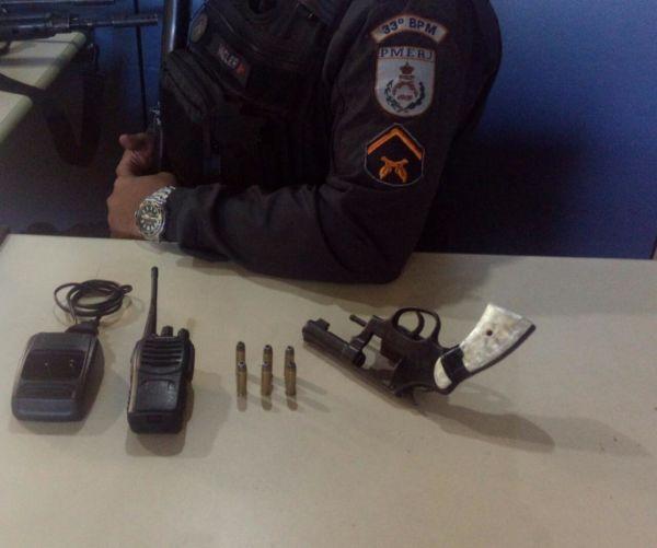 Porte ilegal de arma: Policiais encontraram um revólver calibre 38 municiado e um rádio comunicador (Foto: Cedida pela Polícia Militar)