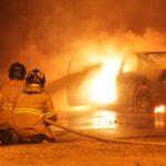 Bombeiros tentam conter chamas que acabaram consumindo o veículo (Foto: Isaías Angelo)