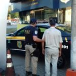 Motorista é preso com carteira de habilitação falsa e vai para a Delegacia de Barra do Piraí (foto: Cedida pela PRF)