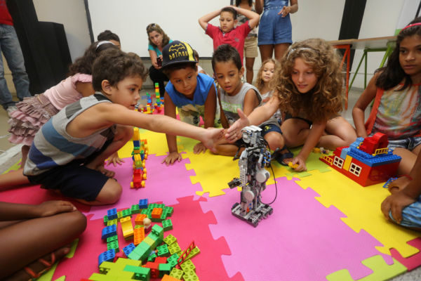 Brincando: Crianças podem se divertir juntas usando brinquedos convencionais